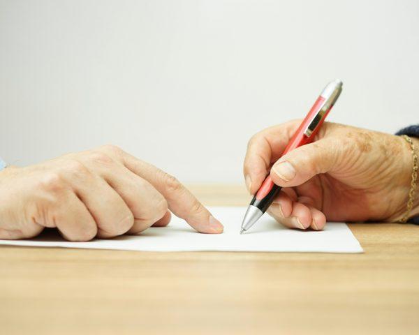 自筆証書遺言の要件はこの8つ!要件を欠く遺言は無効になるため注意